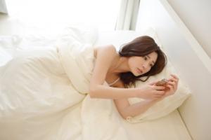 スマホを横になりながら見る女性L 300x200 - 早く書くコツ|ライティング・ブログ初心者におすすめする7つの方法