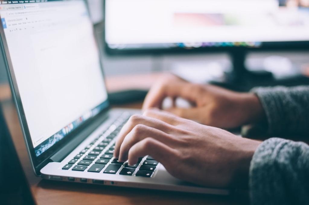 パソコン入力 1024x681 - 大学生がWebライターで稼ぐ方法|バイトを辞めて在宅でやる方法も