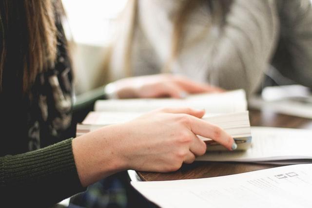 本で勉強している女性