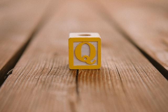 机の上にQのブロック