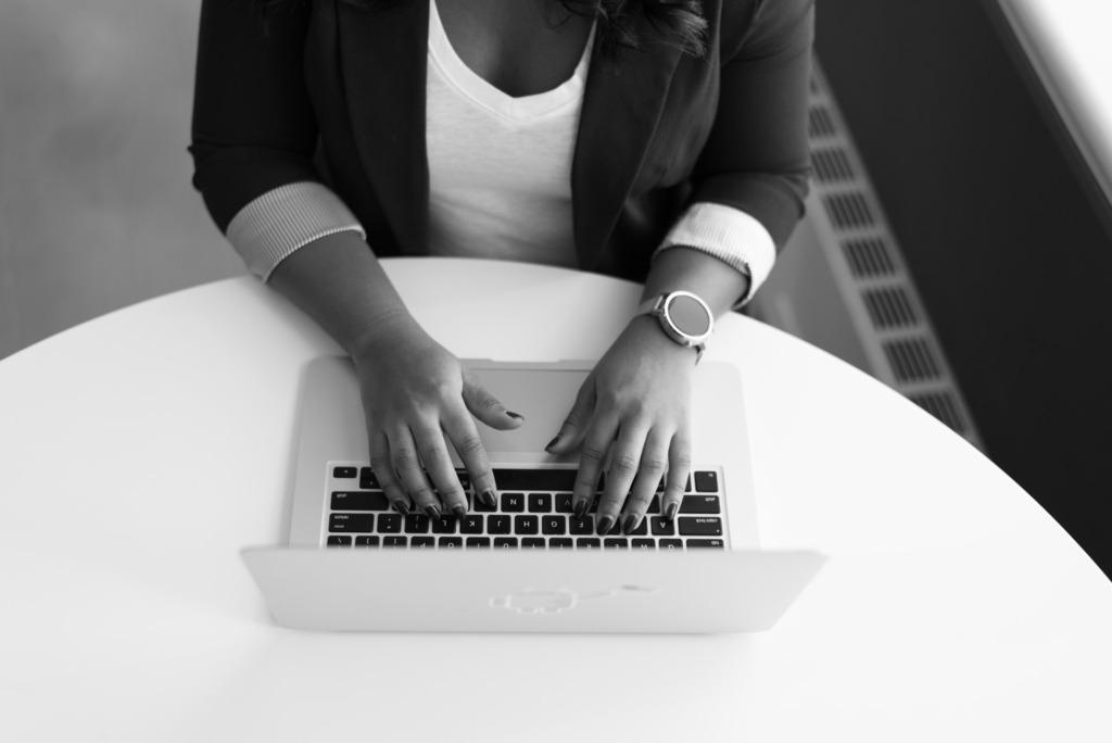 女性がパソコンで仕事している